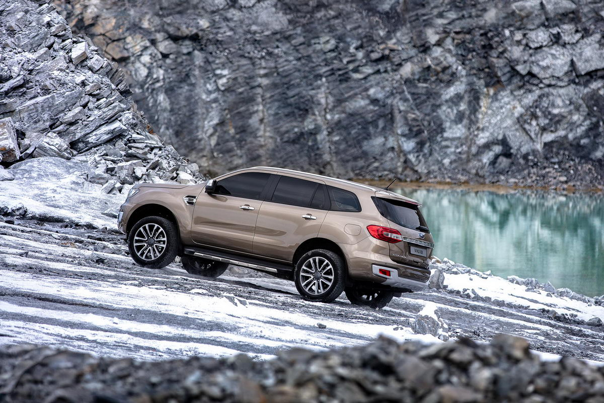 facelifted-ford-everest-facelifted-ford-endeavour-uphill.jpg